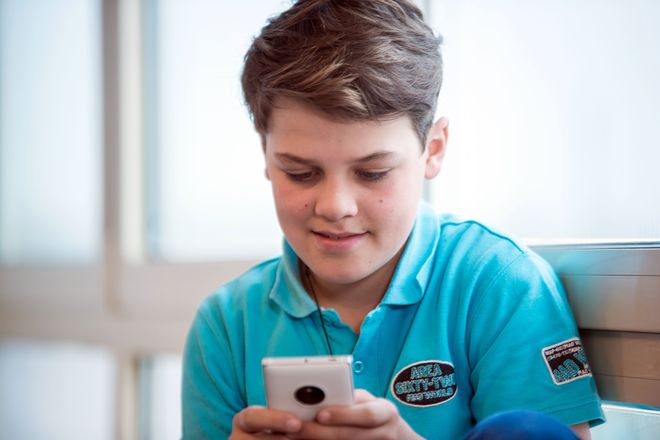 Auf der Suche nach der eigenen Identität lassen sind Heranwachsende von Rollendarstellungen und Aussagen in sozialen Netzwerken beeinflussen. Foto: djd/www.teachtoday.de