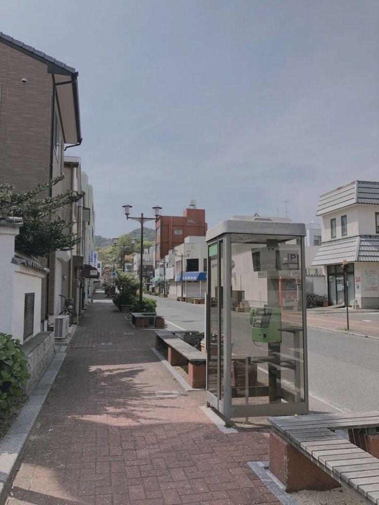 Telefonzelle in einer Straße